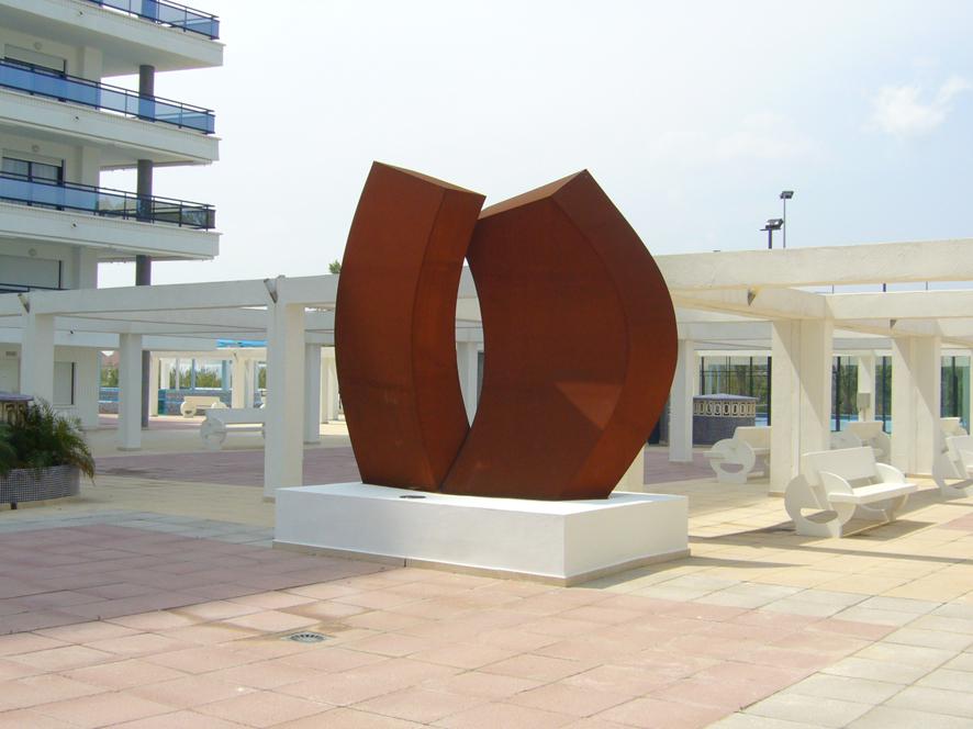 escultura realizada en acero corten en la que he utilizado las formas redondeadas para rendir un homenaje a la mujer esta escultura esta situada en la